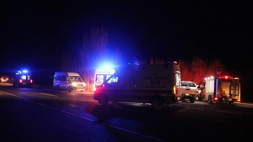 Ağrı'da sığınmacıları taşıyan kamyonet devrildi: 17 yaralı