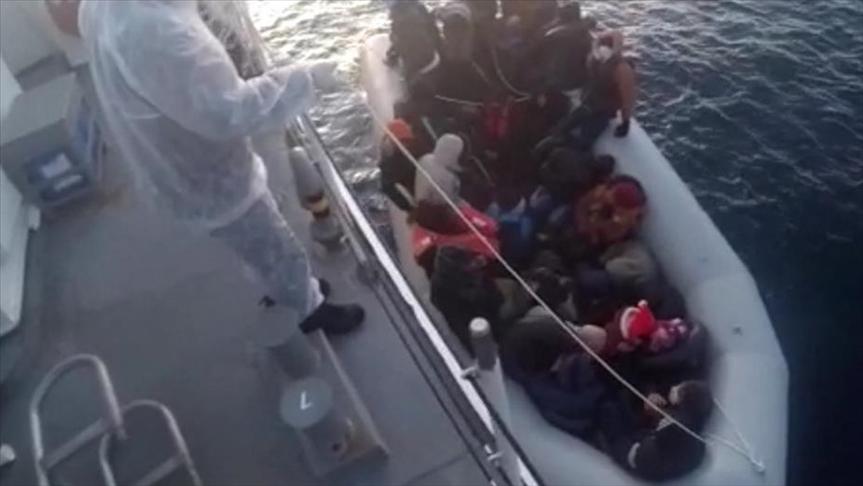 İzmir'de Türk kara sularına itilen 32 sığınmacı kurtarıldı
