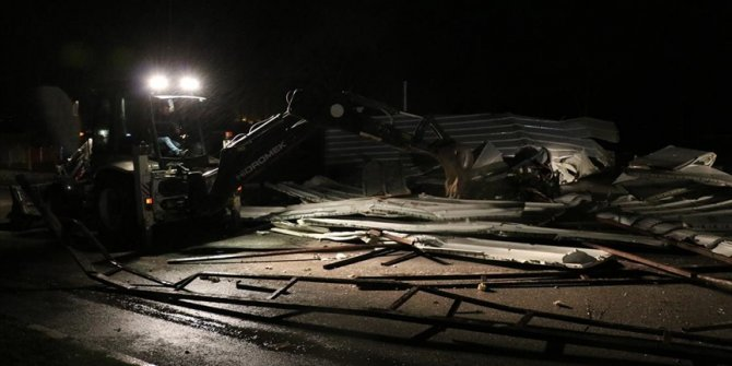 Manisa'da fırtınada çatılar uçtu, ağaçlar devrildi
