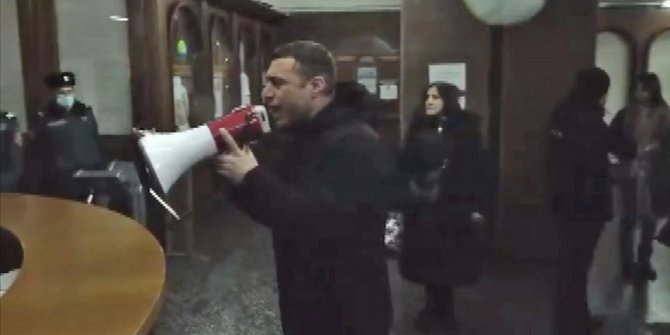 Ermenistan'da muhalifler hükümet binasını bastı