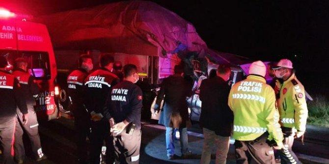 Adana'da hafif ticari araç tıra çarptı: 3 ölü, 1 yaralı