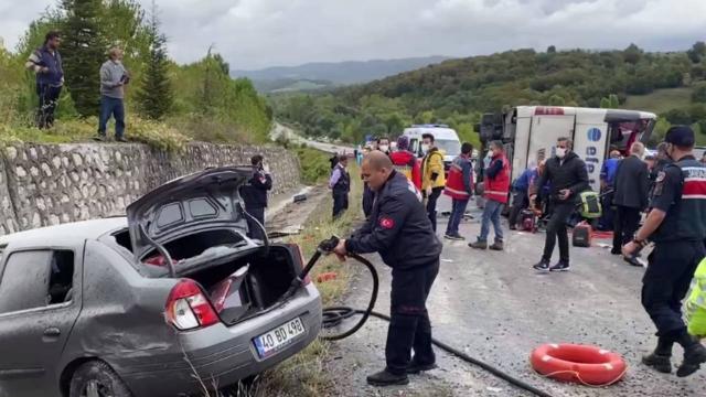 Yolcu otobüsü kaza yaptı: 3 ölü, çok sayıda yaralı var