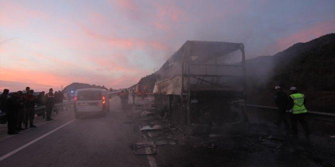 Otobüs tıra çarptı: Ölü ve yaralılar var