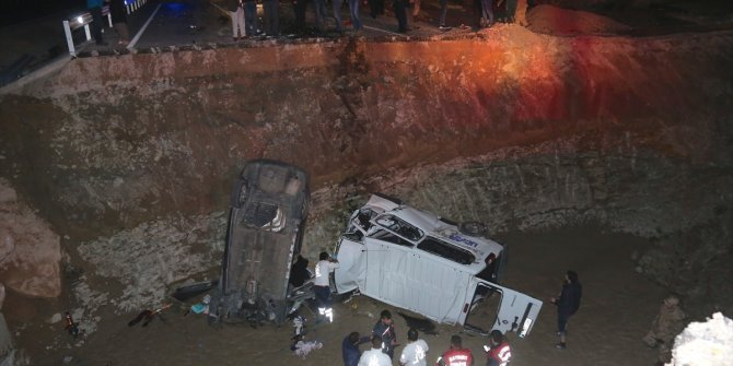 Bayburt'ta iki araç menfez çukuruna düştü: 8 ölü, 4 yaralı