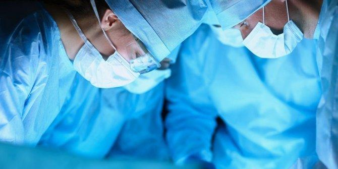 Ameliyat sırasında dans eden doktor kendini savundu