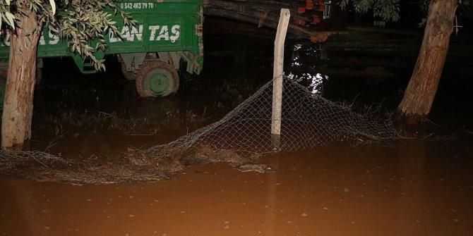 Şanlıurfa da yağan yağmur sele neden oldu