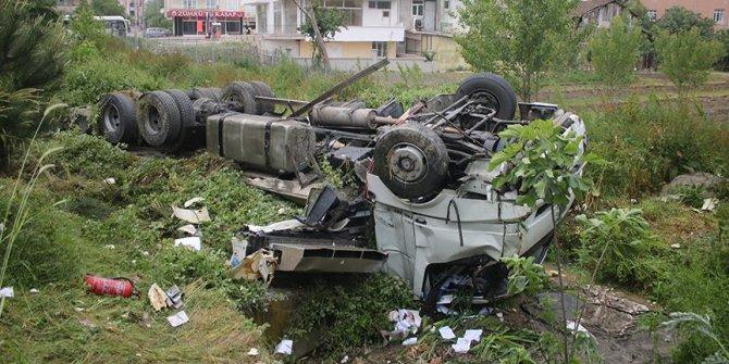 Kocaeli'de kamyonla yolcu otobüsü çarpıştı