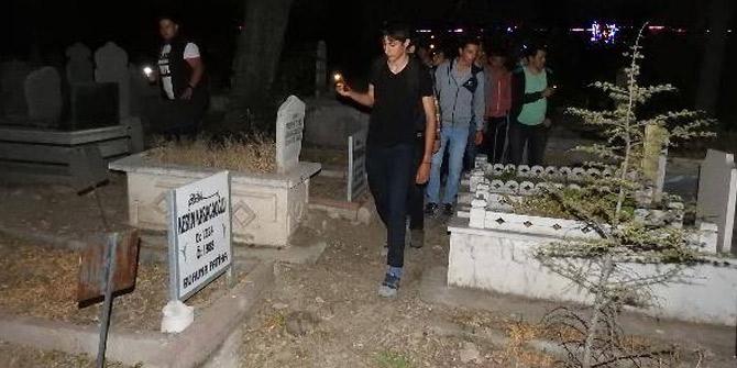 Mezarlıkta 'Gizemli kız' nöbeti