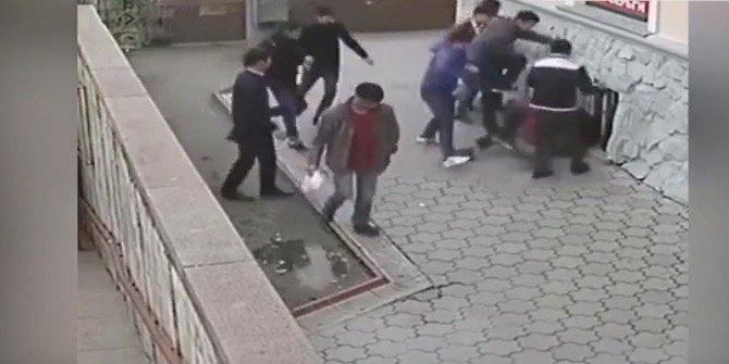 Müslüman kızı rahatsız eden 11 kişiyi tek başına dövdü