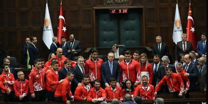 Cumhurbaşkanı Erdoğan, şampiyon güreşçilerle buluştu