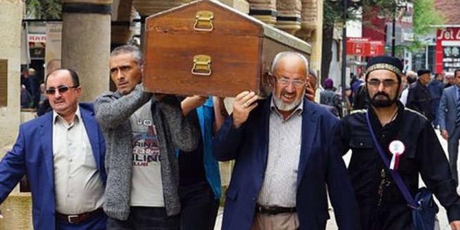 En acı tablo! Beş kişilik ailenin cenazesi tek tabutta