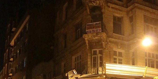 Tarihi binadan kopan parçalar yola düştü