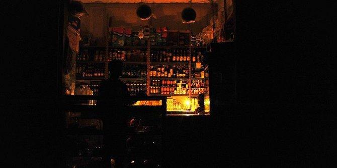Elektrikler kesildi! Halk sokaklara döküldü
