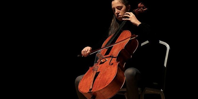 14 yaşındaki Arya viyolonselde dünya birincisi oldu