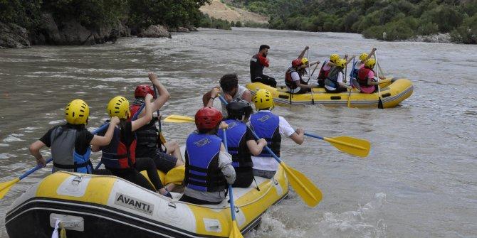 Çukurca'da gençlerin rafting heyecanı!