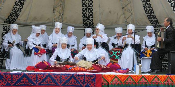 Kazakistan'da ninelerden halk müziği korosu