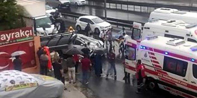 Otobüse çarpan otomobil durağa girdi!1'i ağır 2 yaralı