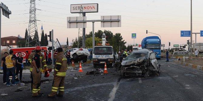 Uşak'ta feci trafik kazası!1 ölü, 17 yaralı