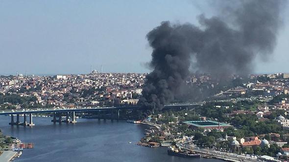 Haliç'te teknede yangın çıktı!