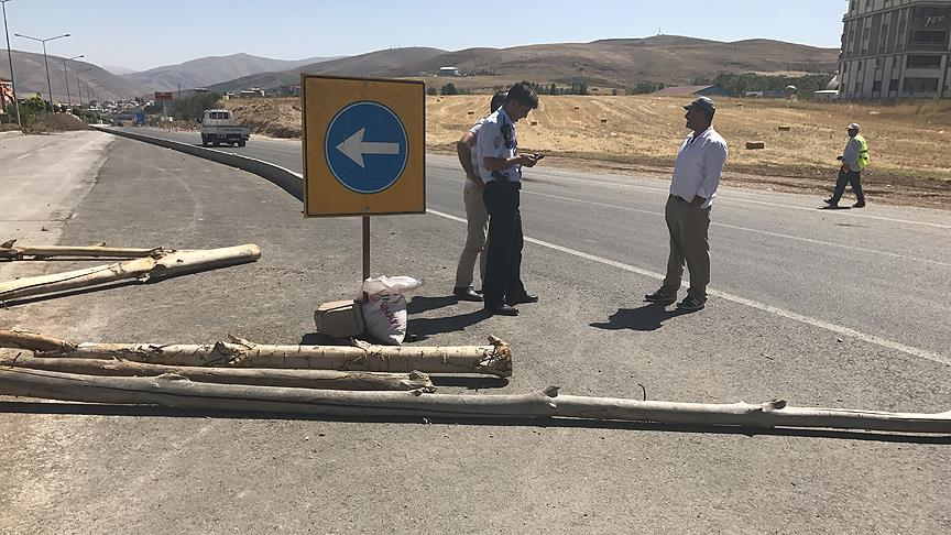 'Tapulu arazim' dedi yolu trafiğe kapattı
