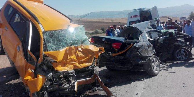 Otomobil ile ticari taksi çarpıştı! 3 Ölü