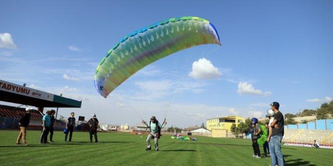"""Yaman: """"Şehrimizin ilk defa lisanslı yamaç paraşütü takımı olacak""""!"""