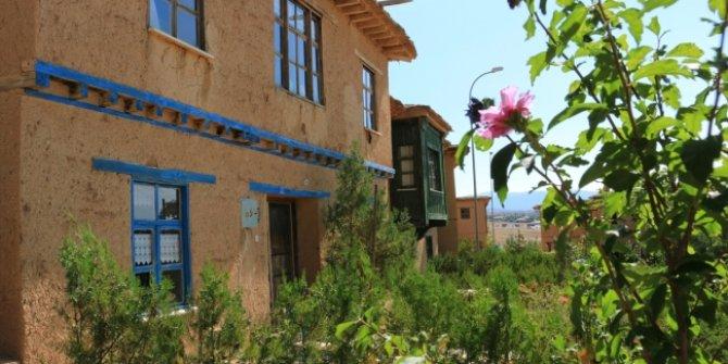 Konya Hüyük'te kerpiç evler tasarımıyla ilgi odağı oldu!