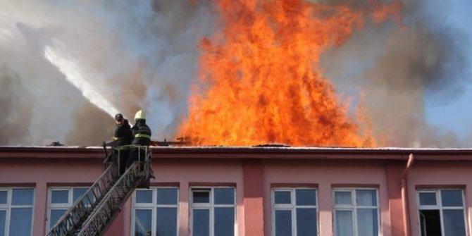 İstanbul Bahçelievler'de bulunan ortaokulda yangın
