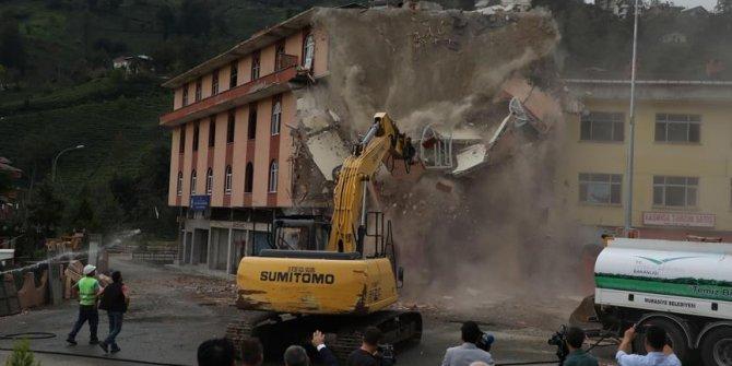 Altından dere geçen binanın yıkımı tamamlandı