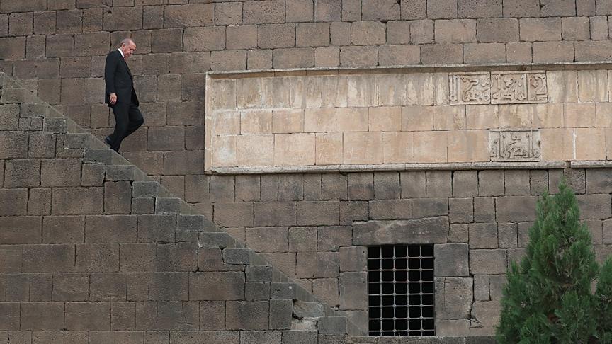 Cumhurbaşkanı Erdoğan, Sur'da incelemelerde bulundu