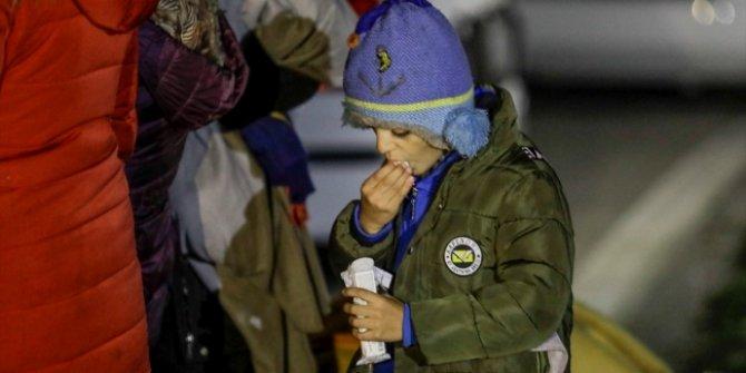 Sığınmacılar soğuk havaya aldırış etmeden AB kapısında bekleyişi sürüyor!