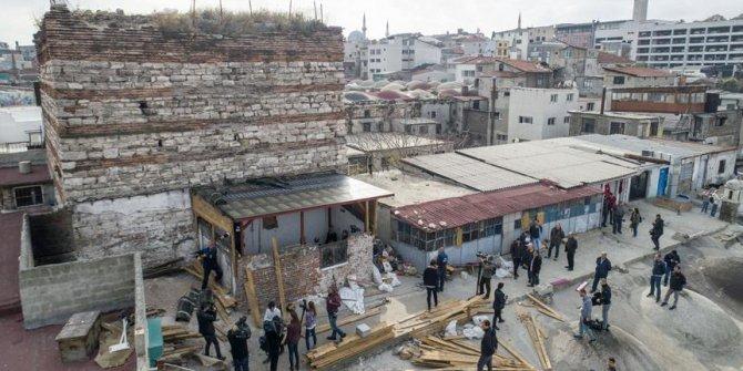 Tarihi İrene Kulesi'nin bitişiğindeki kaçak yapı yıkılıyor