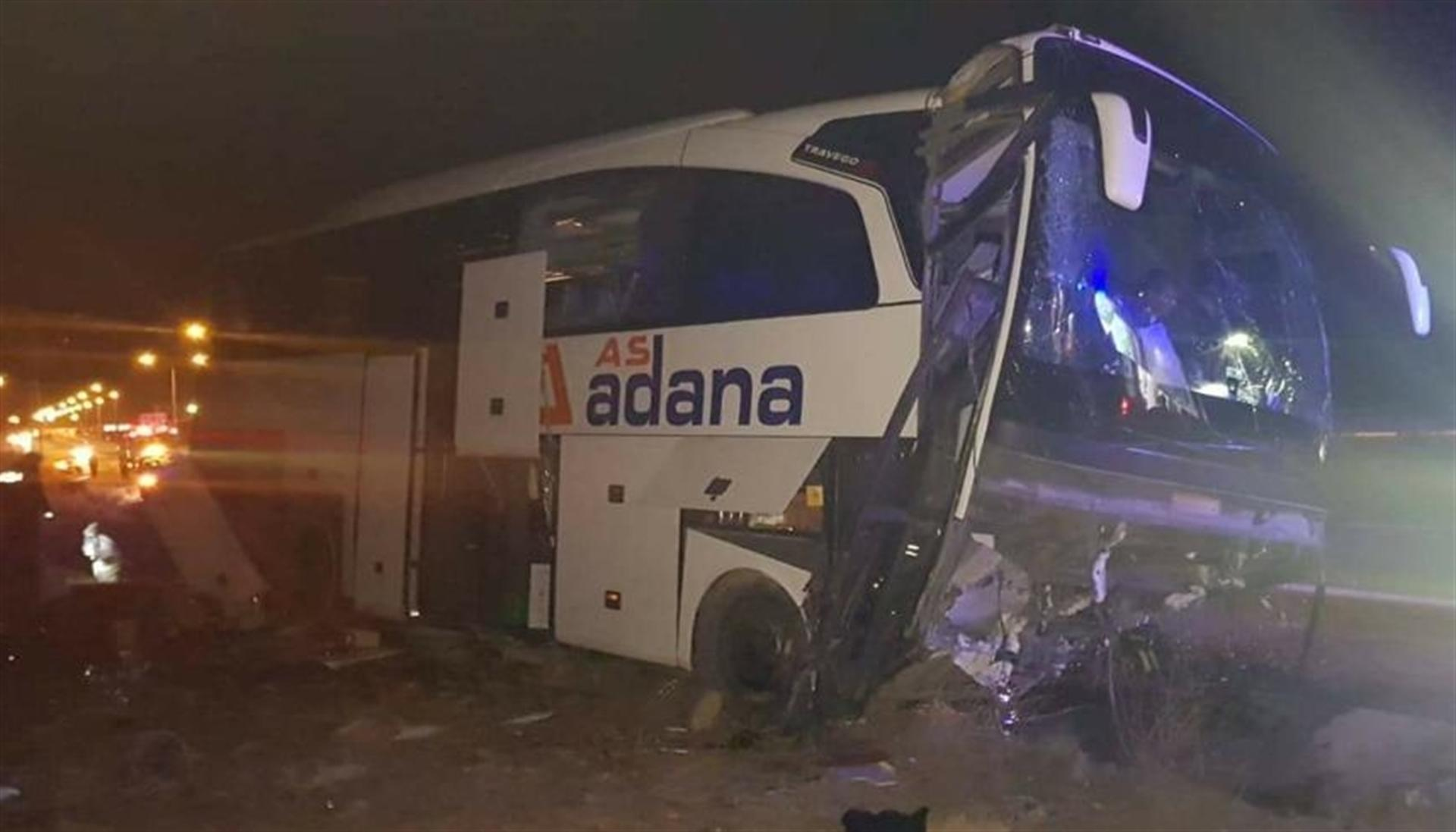 Yolcu otobüsü refüje çarptı: Çok sayıda yaralı var