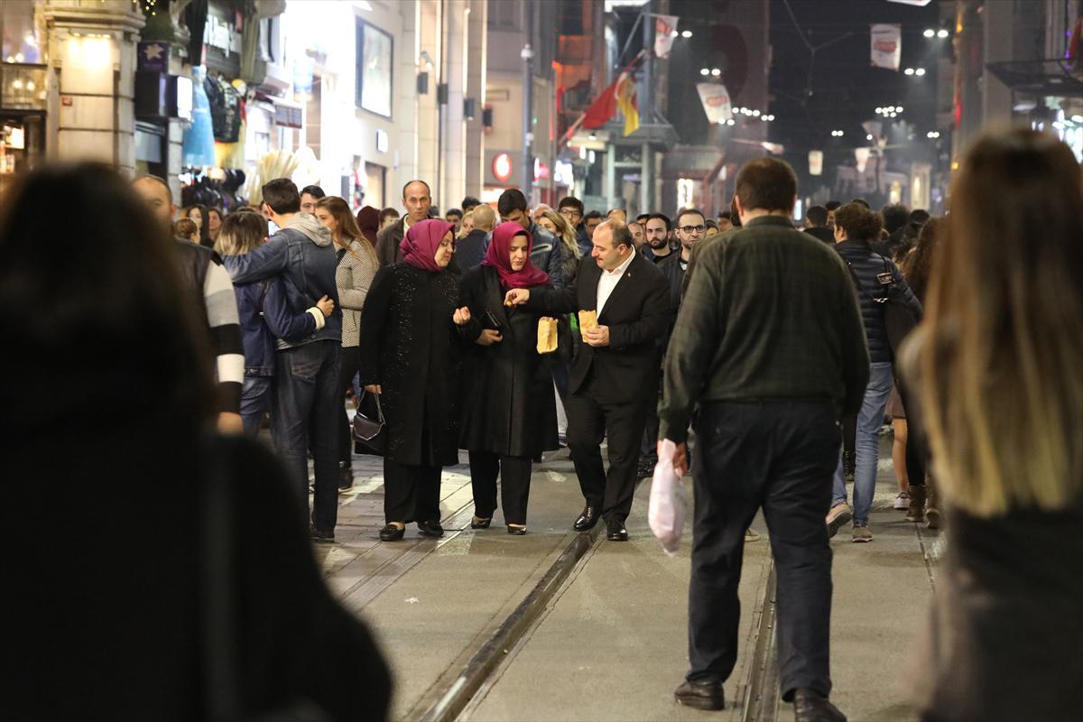 İki bakan İstiklal Caddesi'nde yürüyüş yaptı