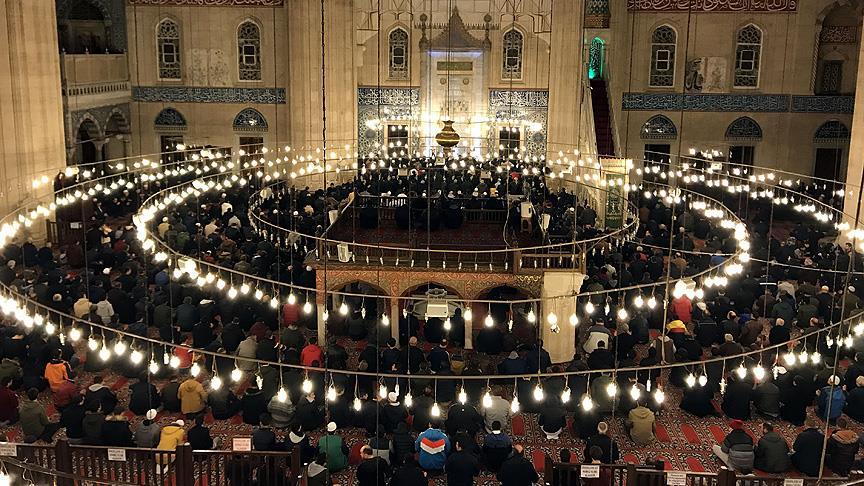 Vatandaşlar camilere akın etti! Mevlit Kandili dualarla idrak ediliyor
