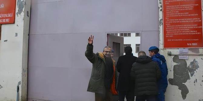 Hapis cezası onanan Sırrı Süreyya Önder cezaevine teslim oldu