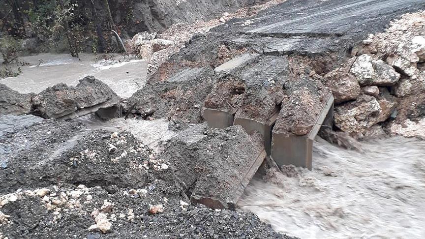 Mersin'de şiddetli yağış nedeniyle menfez köprü çöktü