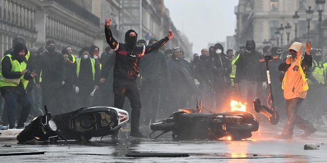 Paris'te gösteri öncesi 32 kişi gözaltına alındı