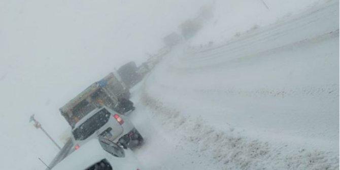 Doğu Karadeniz'de kar etkili oluyor: Araçlar yollarda kaldı