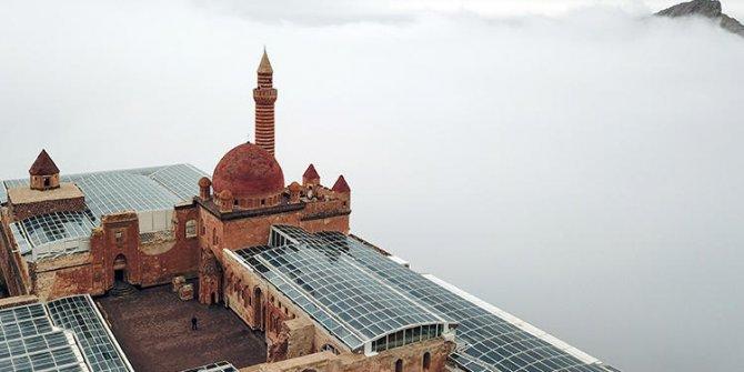 İshak Paşa Sarayı, oluşan sis bulutu içinde muhteşem manzara sergiledi!