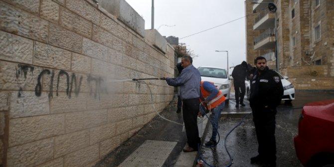 """Yahudiler Filistinlilere ait onlarca aracı tahrip etti ve bazı evlerin duvarlarına """"ırkçı"""" sloganlar yazdı!"""