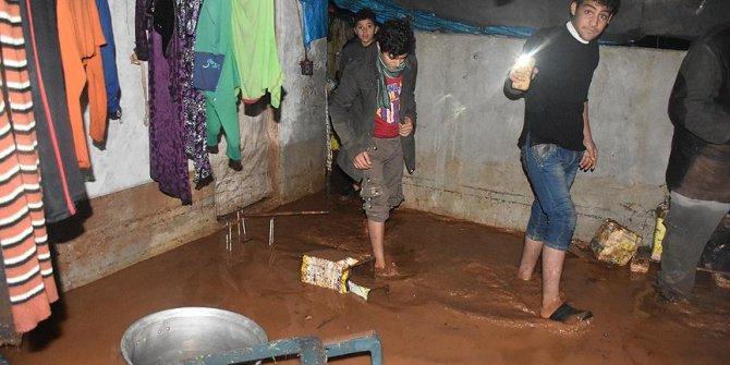 Suriye'yi sağanak yağış vurdu!Kampları sular altında kaldı