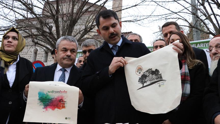 Bakan Kurum vatandaşlara bez çanta dağıttı