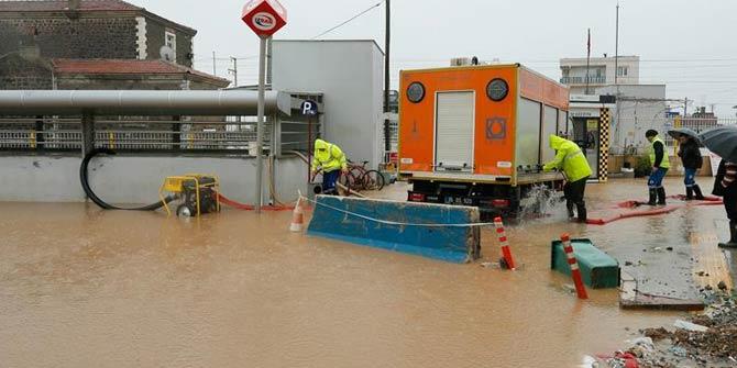 İzmir'de sağanak su baskınlarına neden oldu