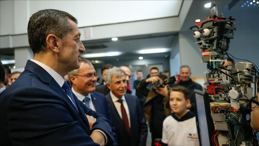 Bakan Selçuk, robotik proje yarışmasında yer alan projeleri inceledi