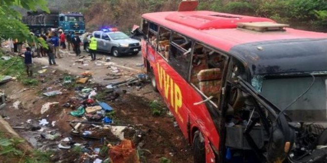 Gana'da iki otobüs kafa kafaya çarpıştı: 60 ölü
