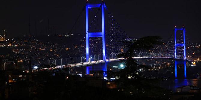 İstanbul'un kuleleri ve köprüleri maviye büründü