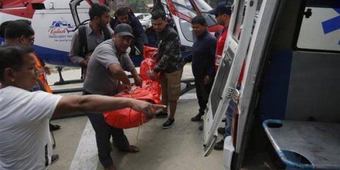 Ülkede turistleri taşıyan  uçak pistteki helikoptere çarptı: 3 ölü