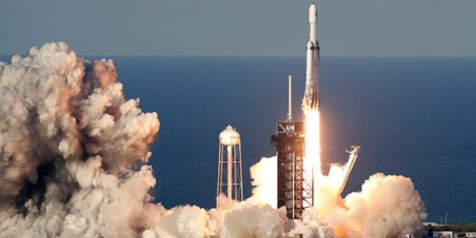 SpaceX Falcon Heavy roketinin parçasını kaybetti!