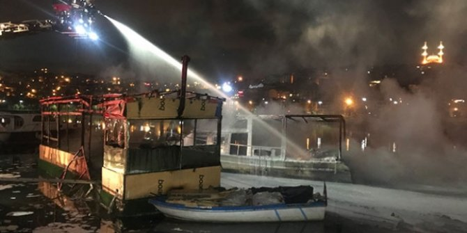 Kafe olarak kullanılan 2 teknede yangın!
